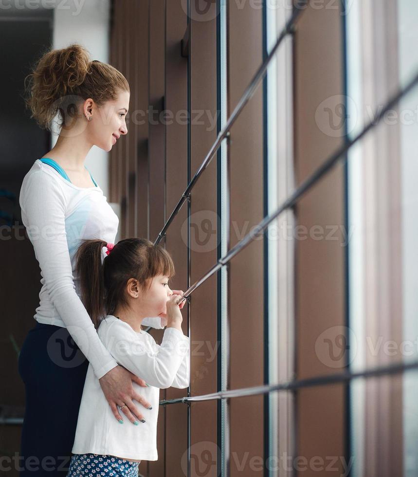 duas meninas de diferentes idades foto