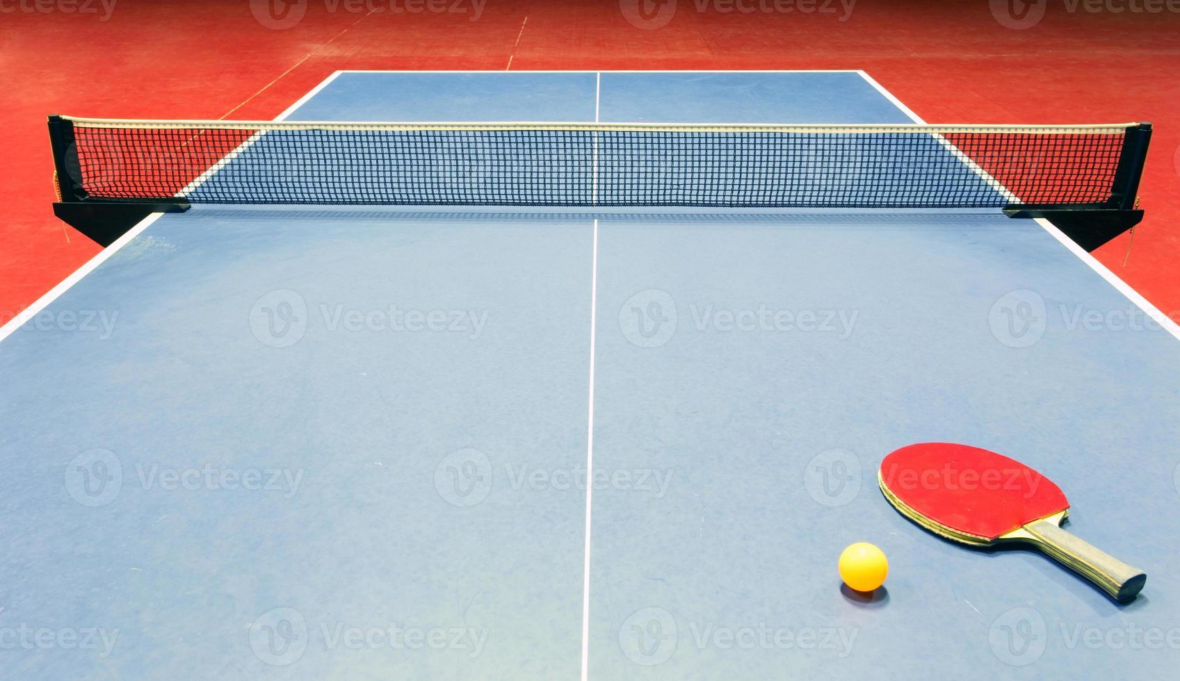 equipamento de tênis de mesa - raquete, bola e rede foto