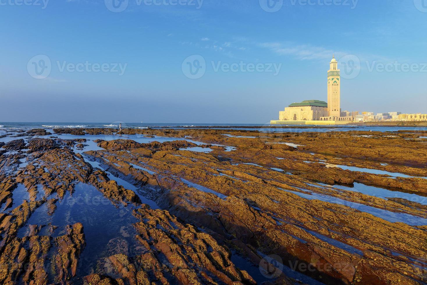 detalhe de rochas nuas por causa da maré baixa em casablanca, marrocos. foto