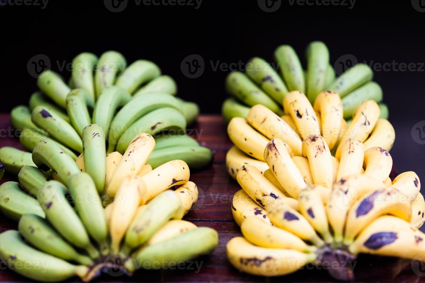 frutas de bananas verdes e amarelas no mercado foto