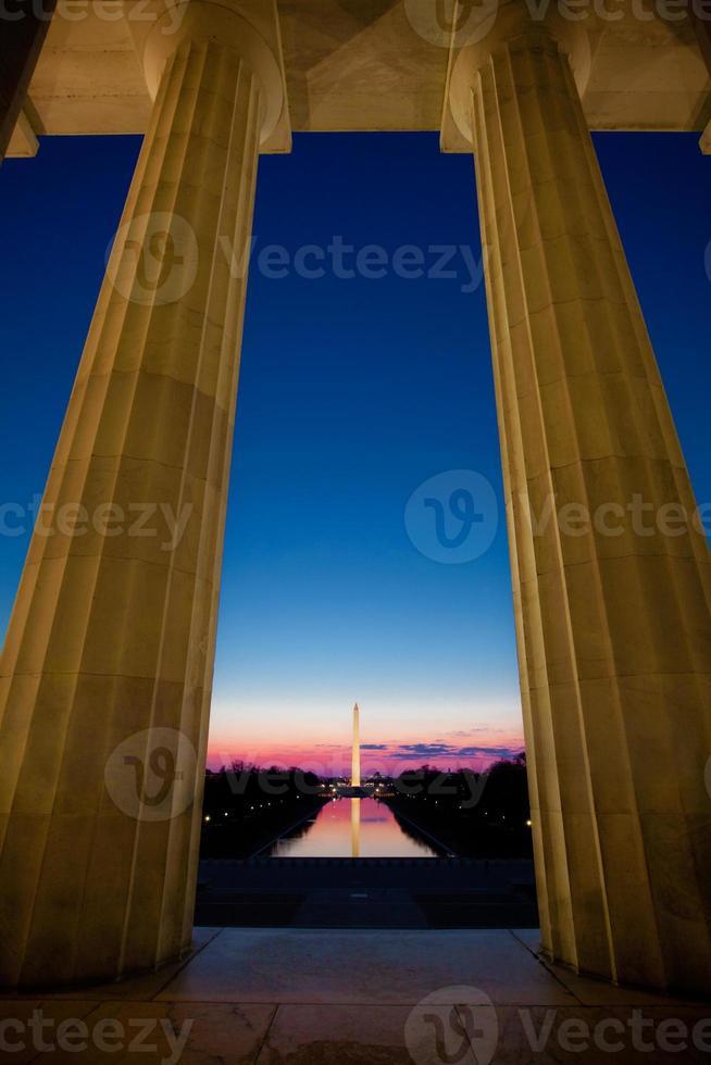 monumento de washington ao nascer do sol através da piscina refletindo foto