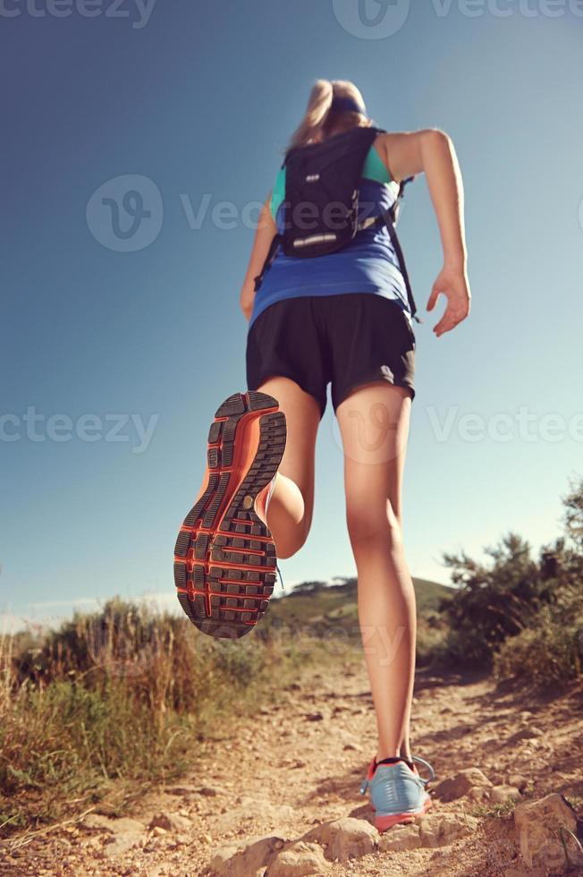 mulher correndo trilha foto
