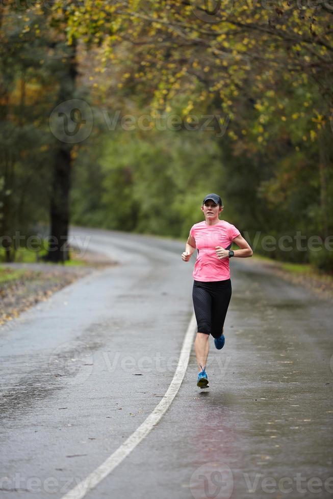 treinando para uma maratona em tempo chuvoso foto