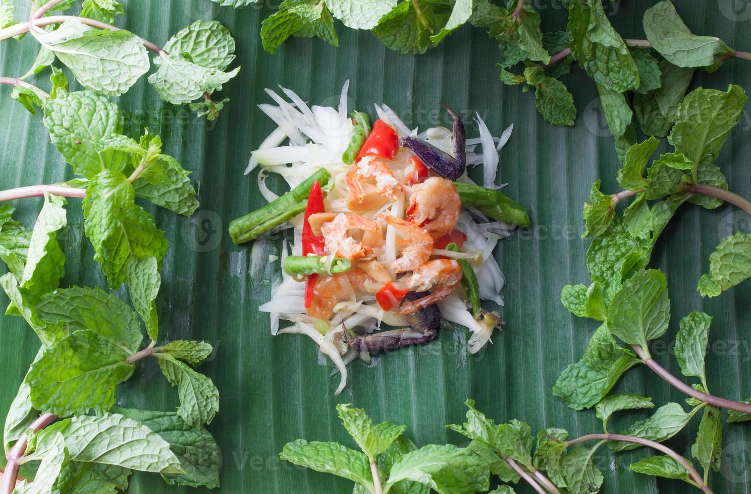 salada de papaia na folha de bananeira, comida asiática foto