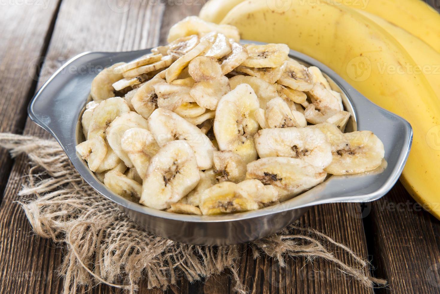 tigela com lascas de banana foto