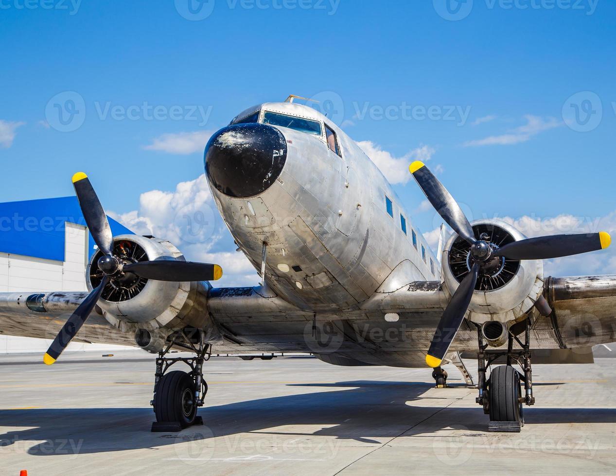 avião velho douglas 40s no aeroporto foto
