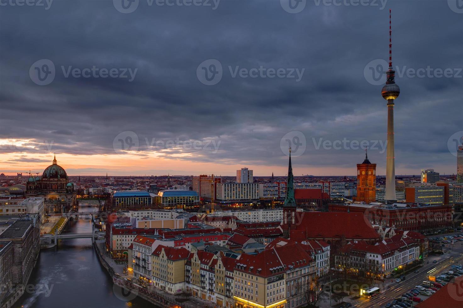o centro de Berlim ao amanhecer foto