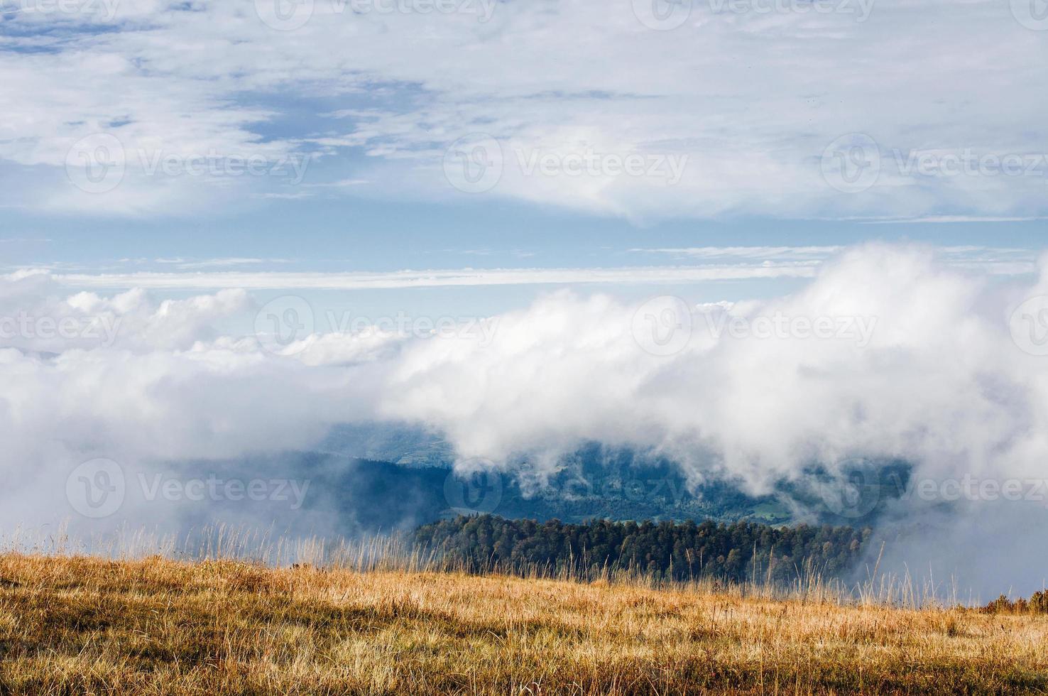 montanhas nas nuvens foto