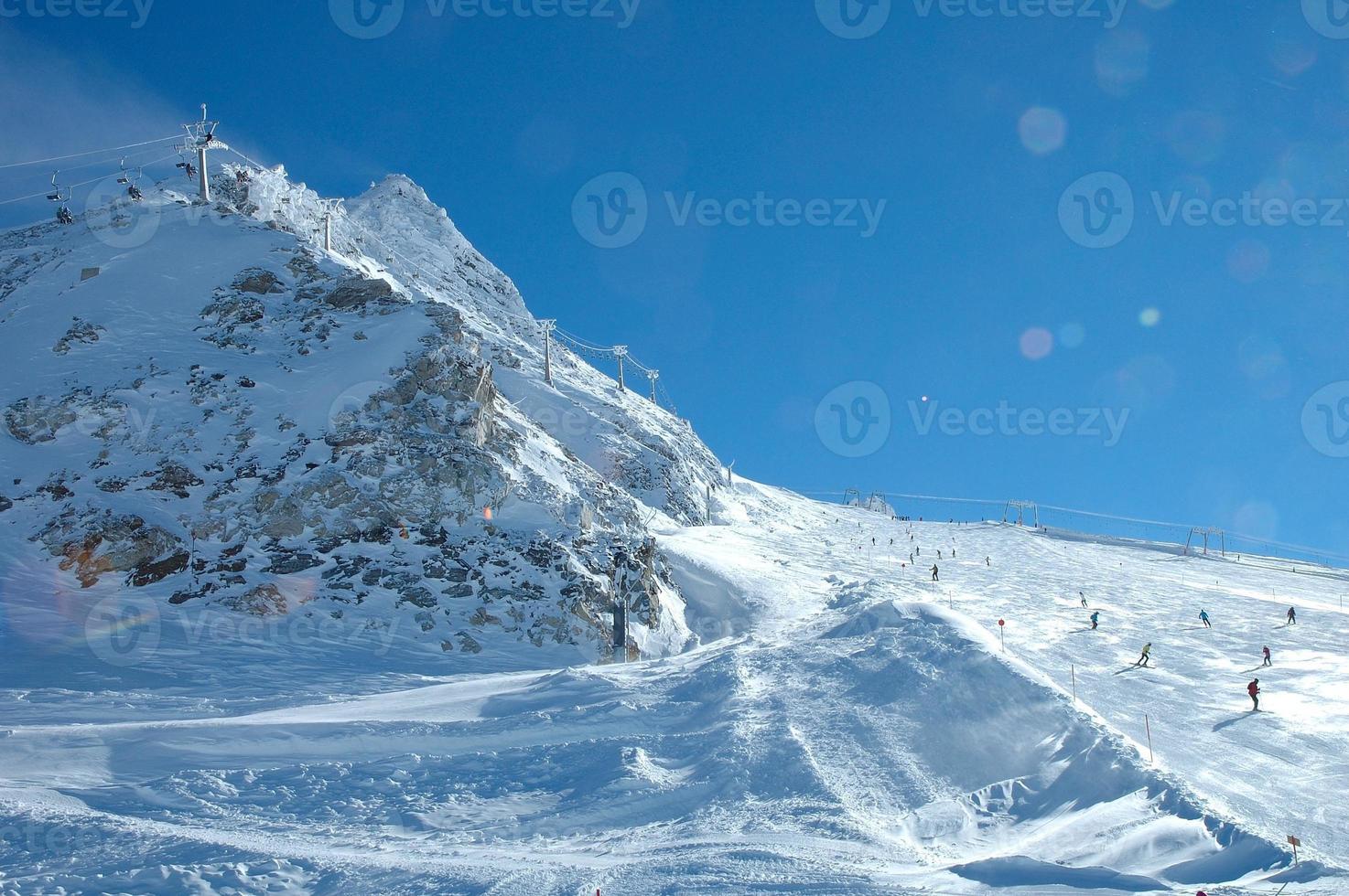 pista de esqui e elevador na geleira hintertux foto
