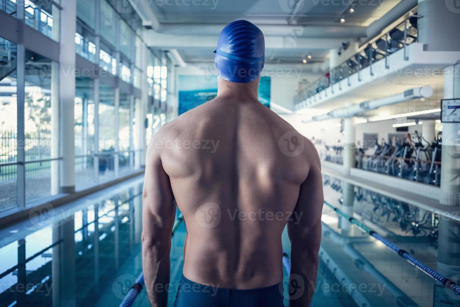 vista traseira do nadador sem camisa na piscina no centro de lazer foto