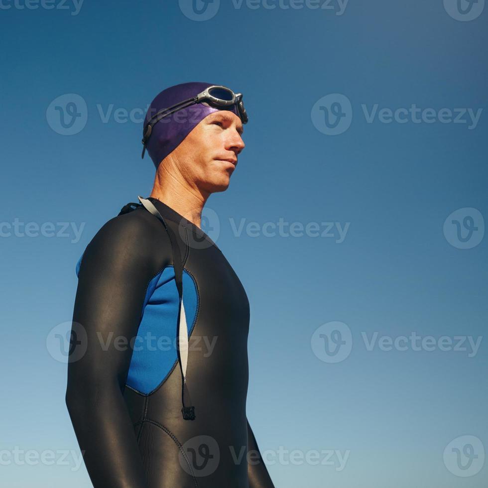 determinado triatleta masculino em roupa de mergulho foto