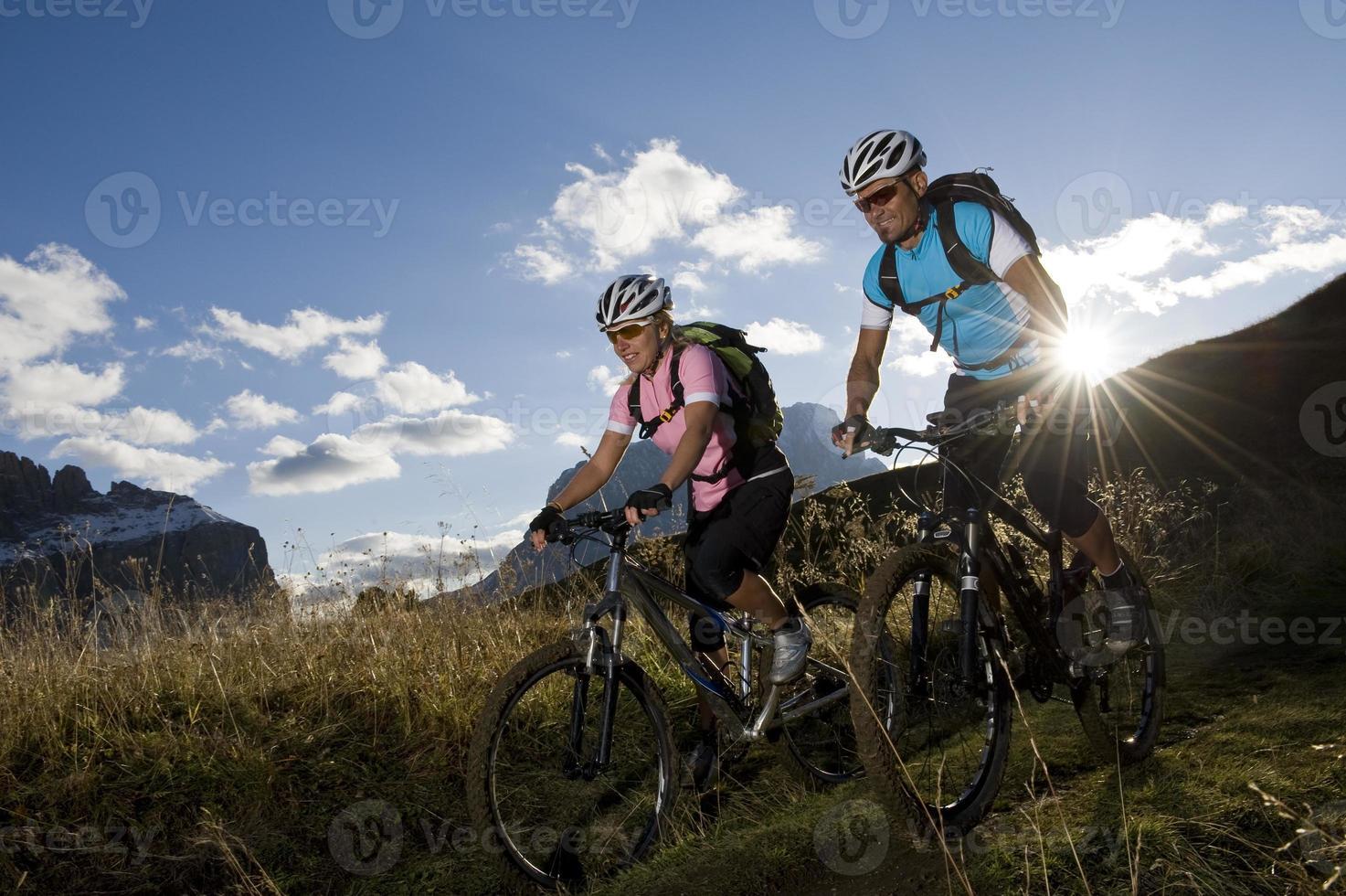 alegria do esporte de mountain bike foto