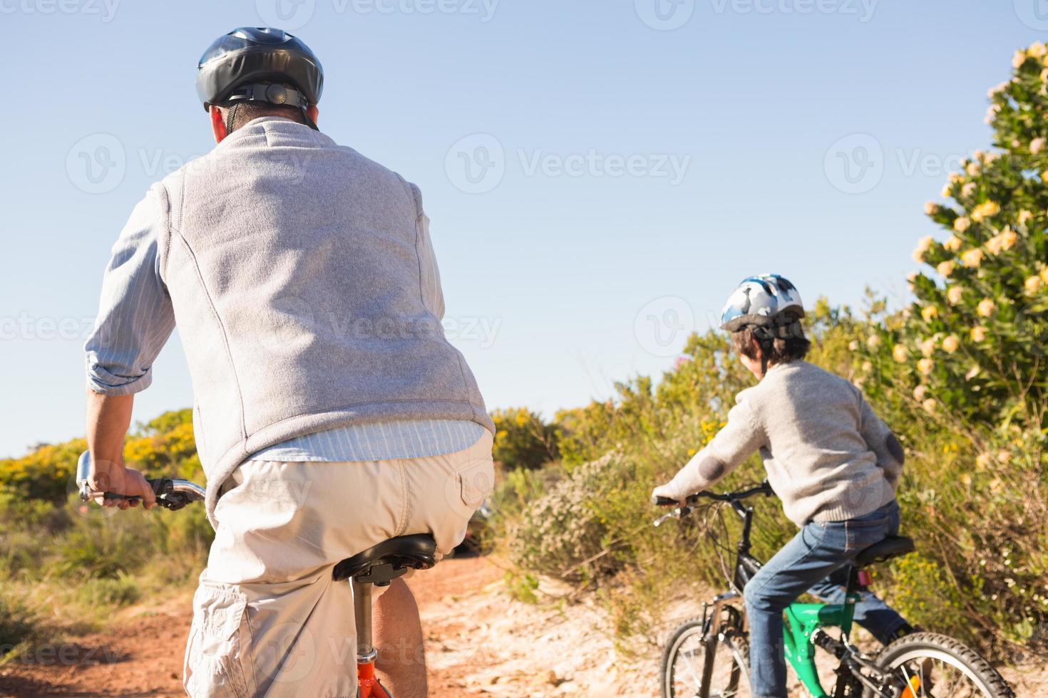 pai e filho em um passeio de bicicleta foto
