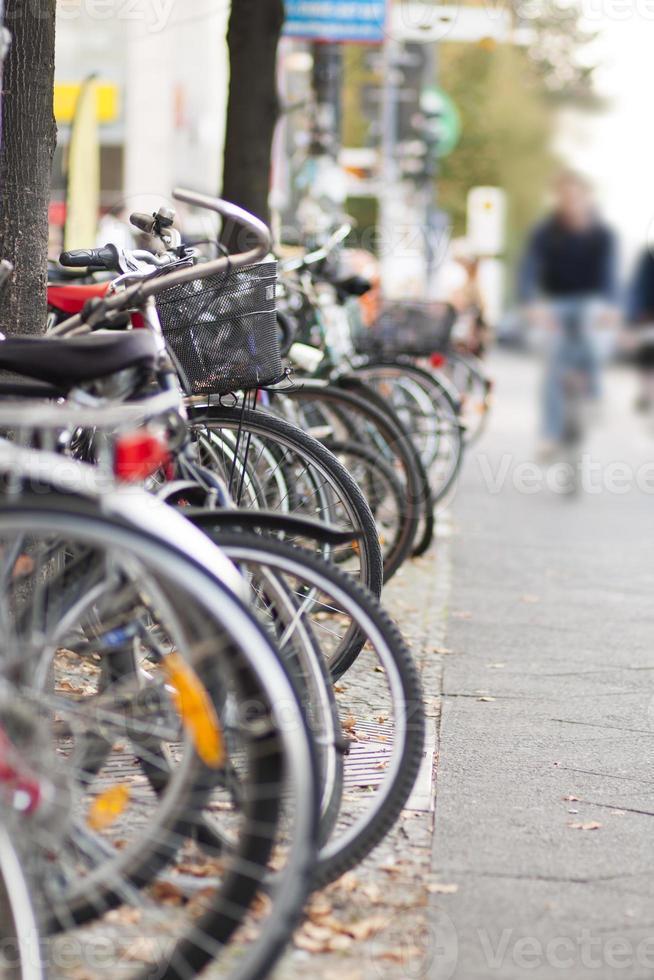 bicicletas estacionadas na calçada da cidade foto