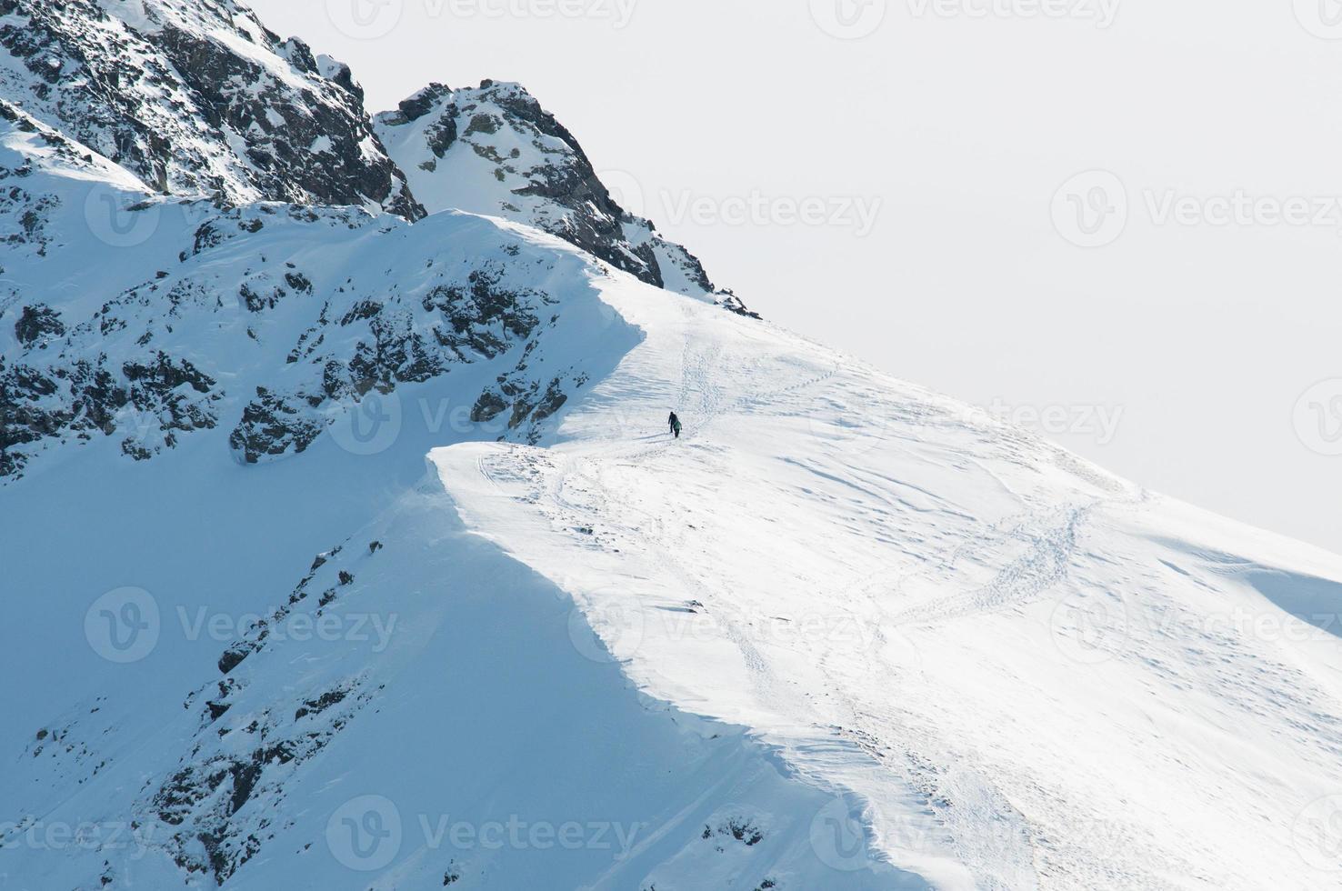 duas pessoas em grandes caminhadas nas montanhas, foto