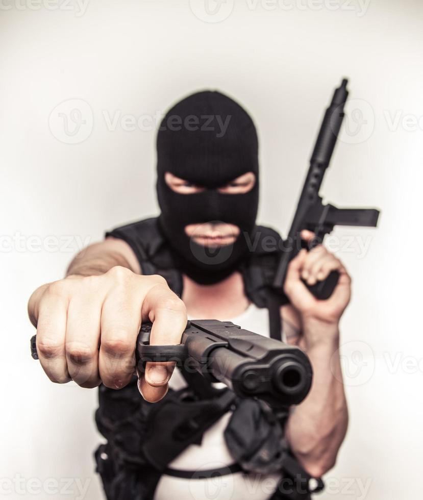 cor terrorista empunhando armas máscara de esqui de olhos arregalados sério foto