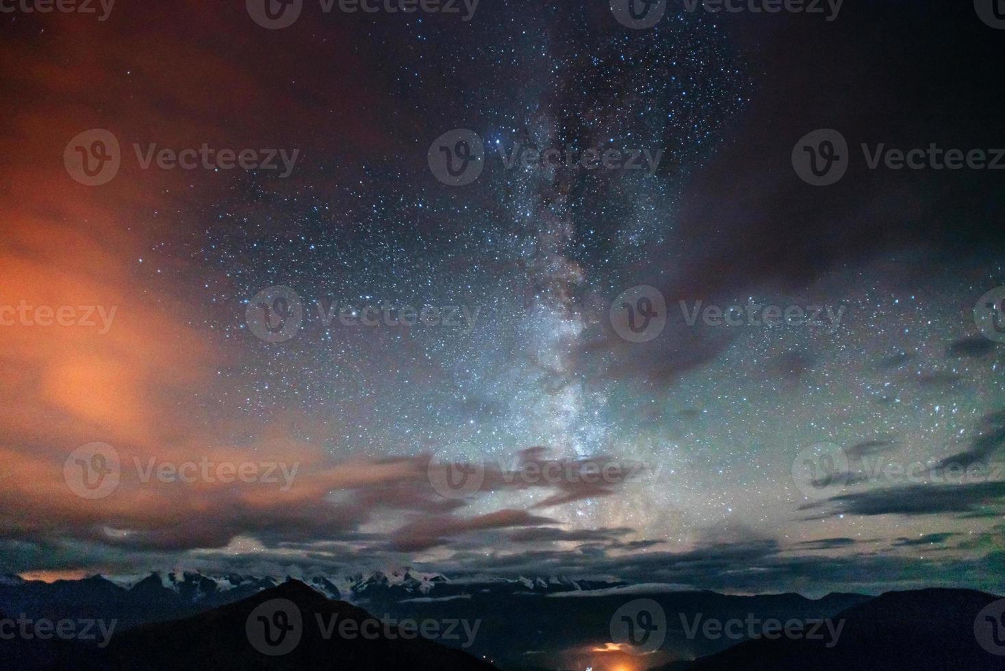 chuva de meteoros de inverno fantástica e as montanhas cobertas de neve foto
