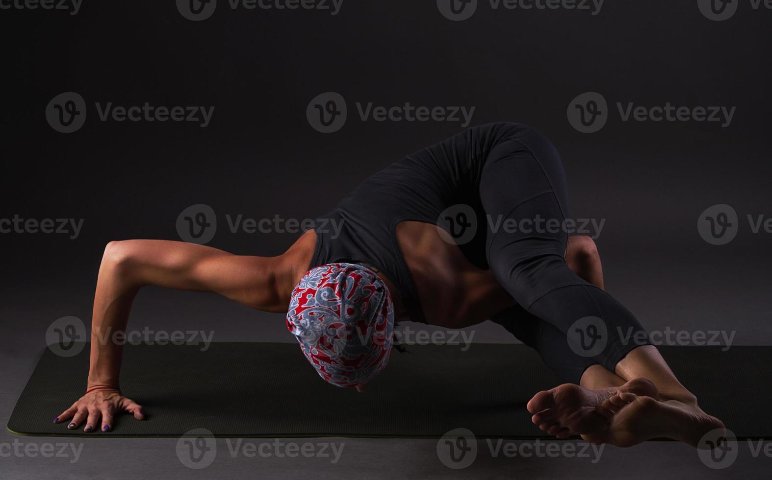 garota fazendo yoga e ginástica foto