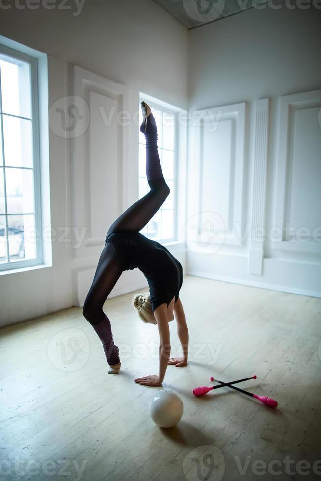 ginasta flexível fazendo exercício foto