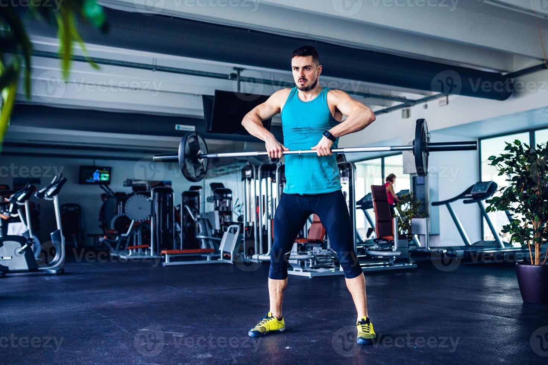 instrutor de ginástica na academia fazendo exercício foto