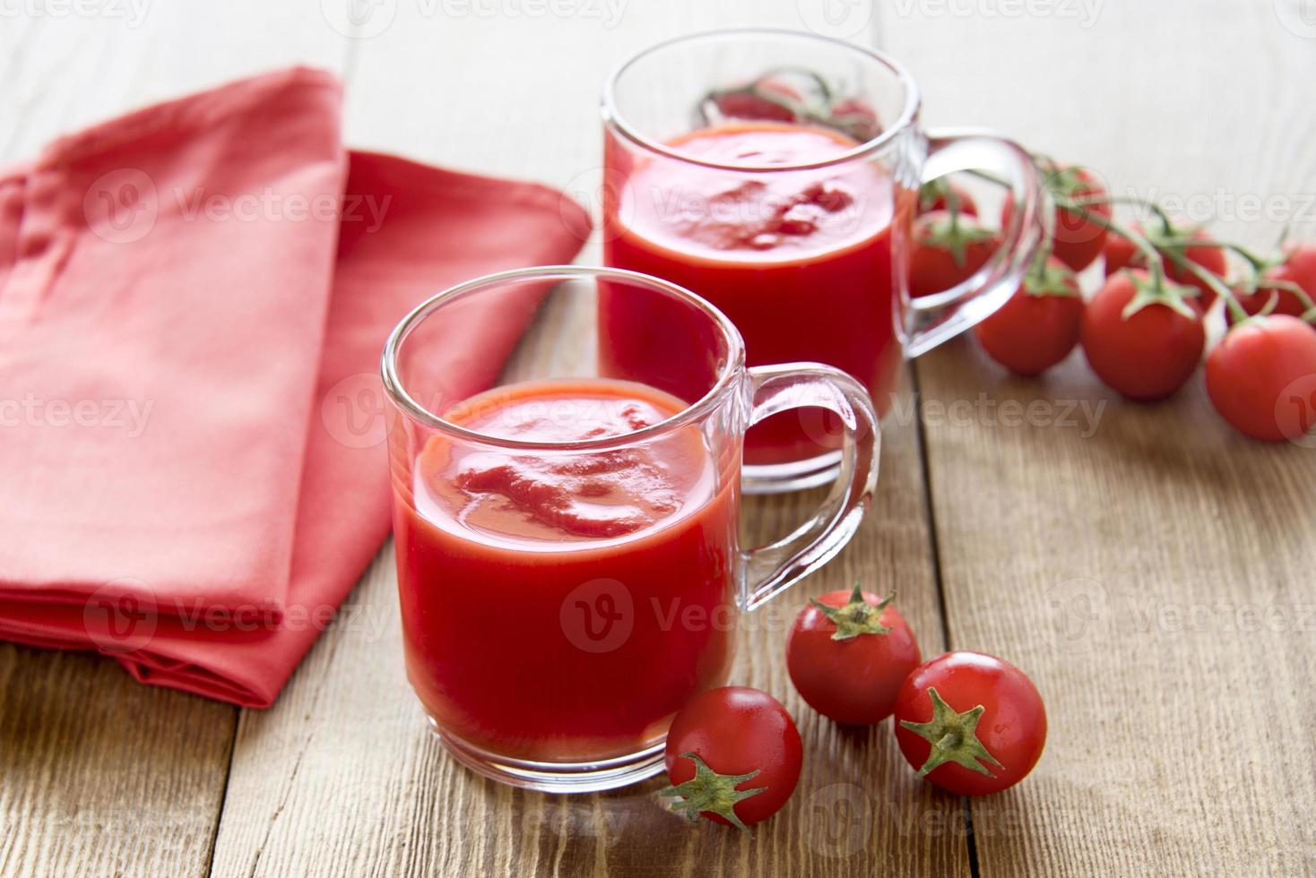 copos de suco de tomate foto