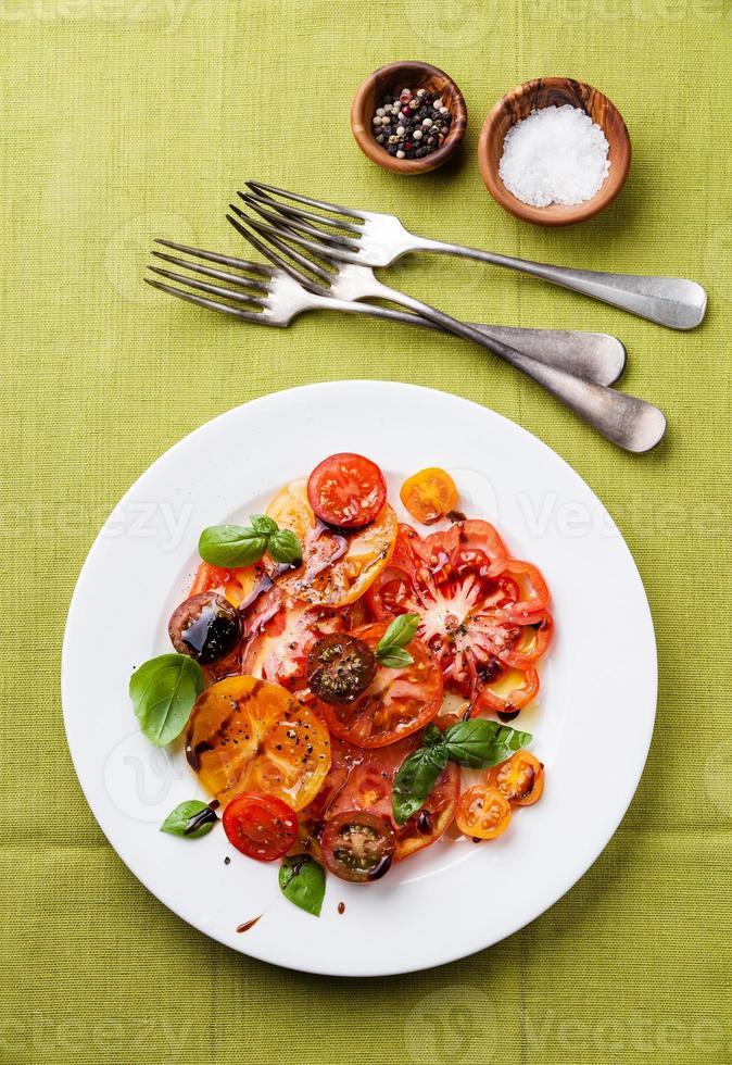 salada de tomate colorido foto
