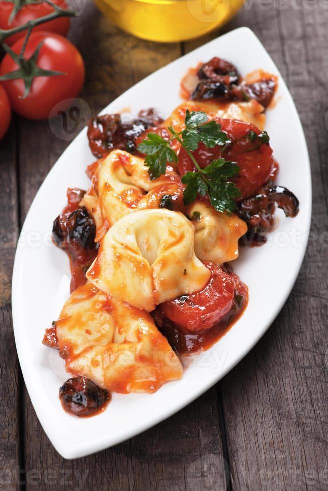 tortellini com molho de tomate e azeitona foto