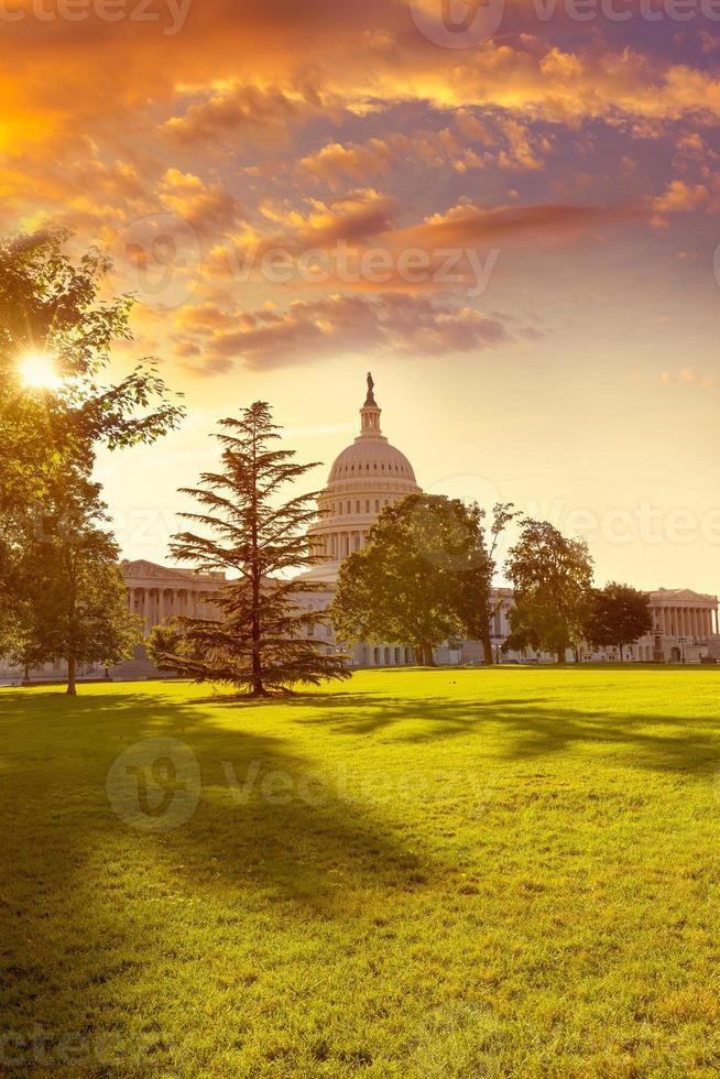 capitólio edifício washington dc pôr do sol jardim eua foto