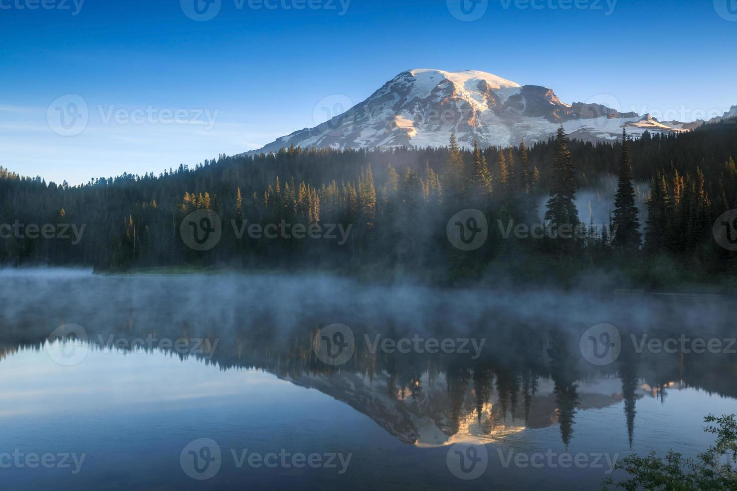 lago da reflexão, monte rainier national park foto