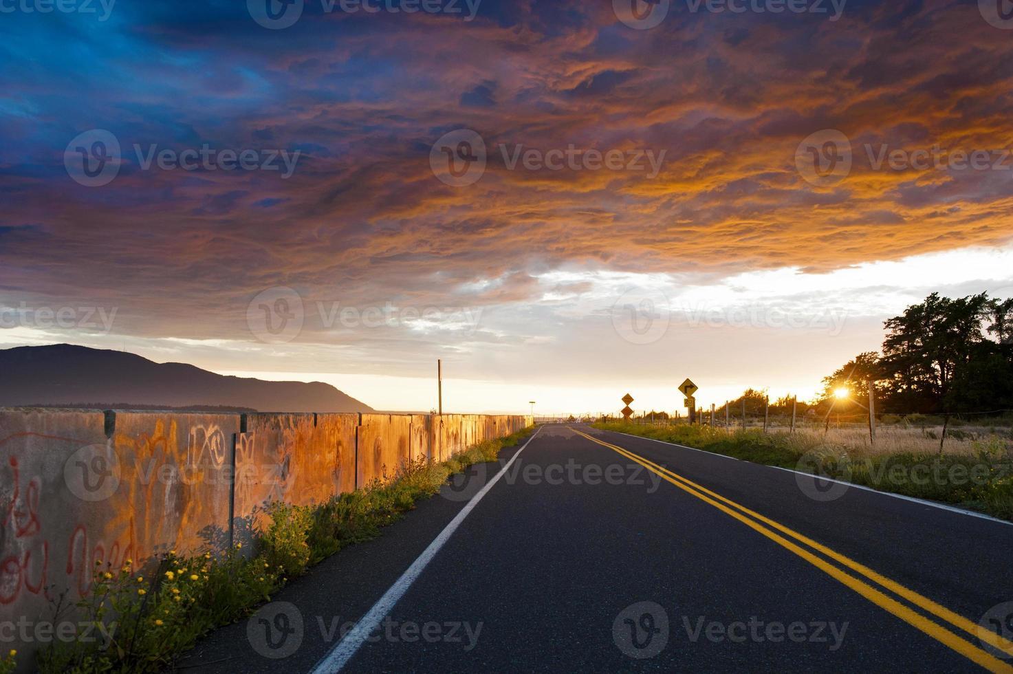 pôr do sol no paredão foto