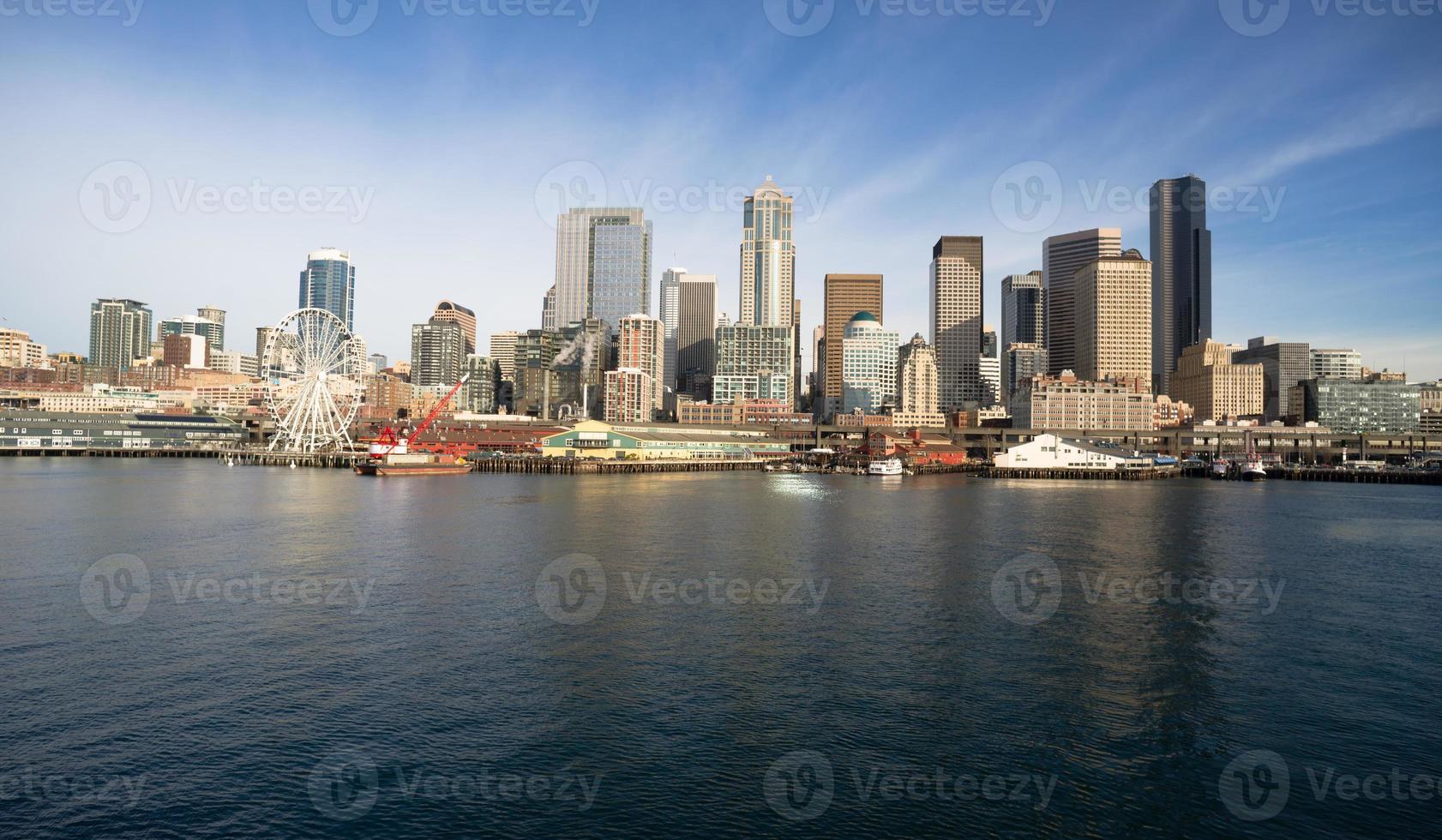 cais beira-mar doca edifícios roda gigante barcos seattle elliott bay foto