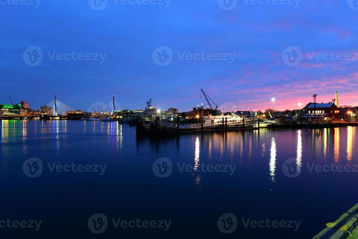 porto de boston à noite, eua foto