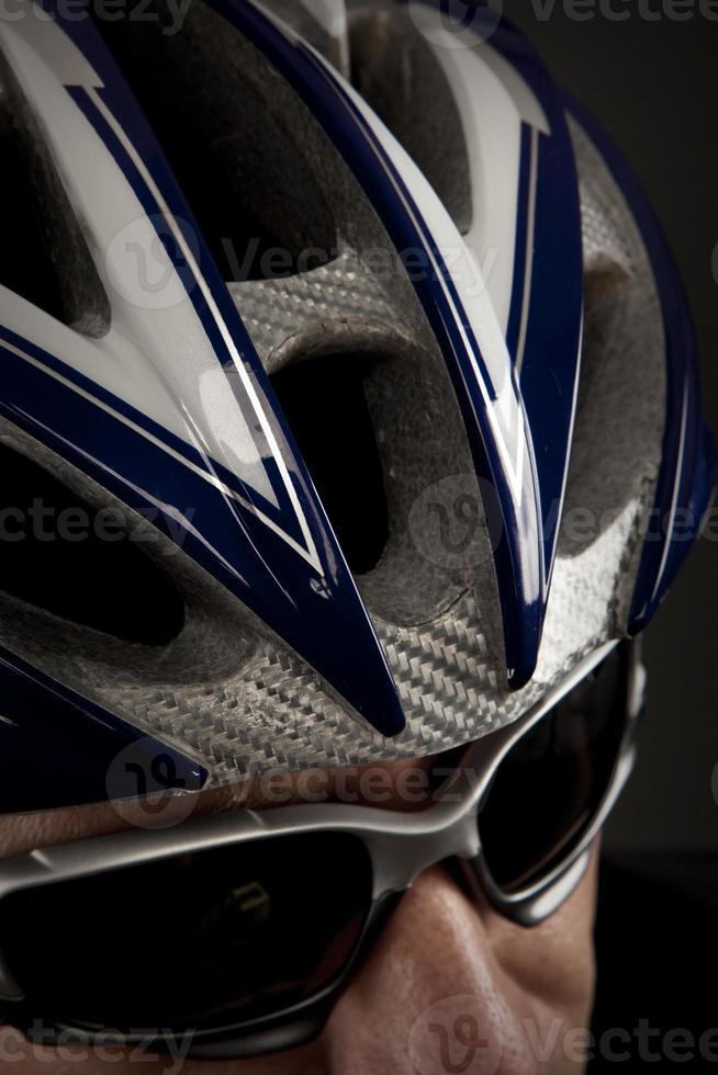 ciclista masculina com óculos de sol foto