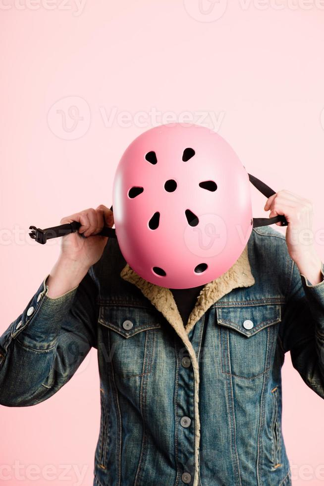 mulher engraçada usando capacete capacete retrato rosa fundo pessoas reais foto