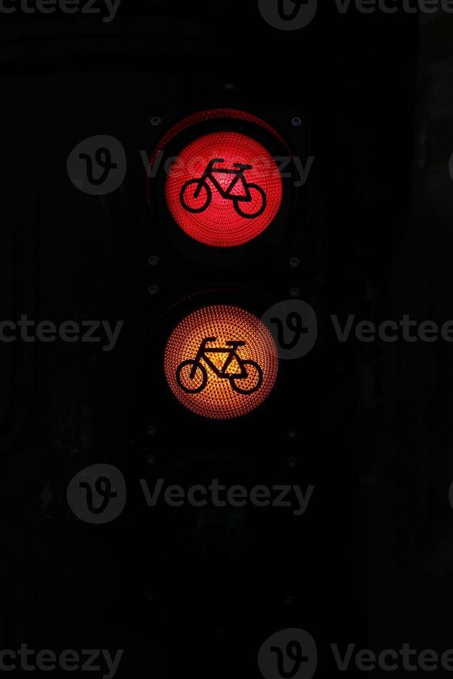 luzes de tráfego coloridas em vermelho e laranja foto