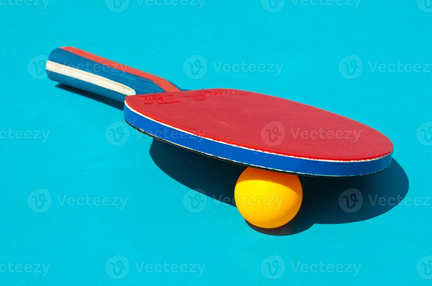 close-up de bola e raquete de tênis de mesa foto