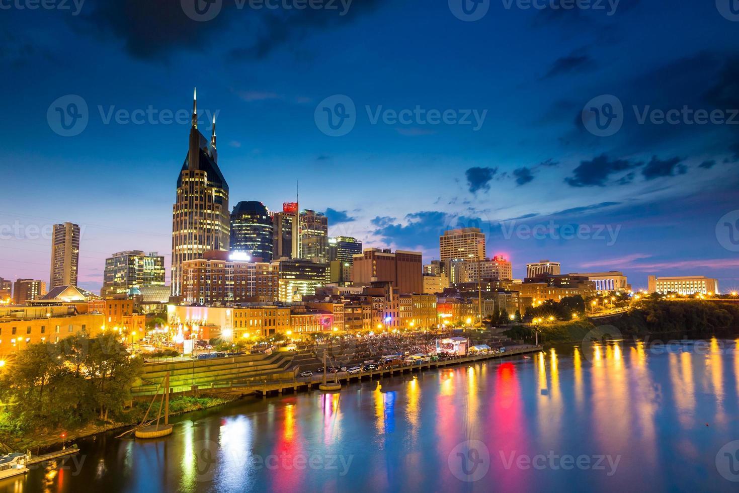 skyline do centro de nashville, tennessee, em, crepúsculo foto