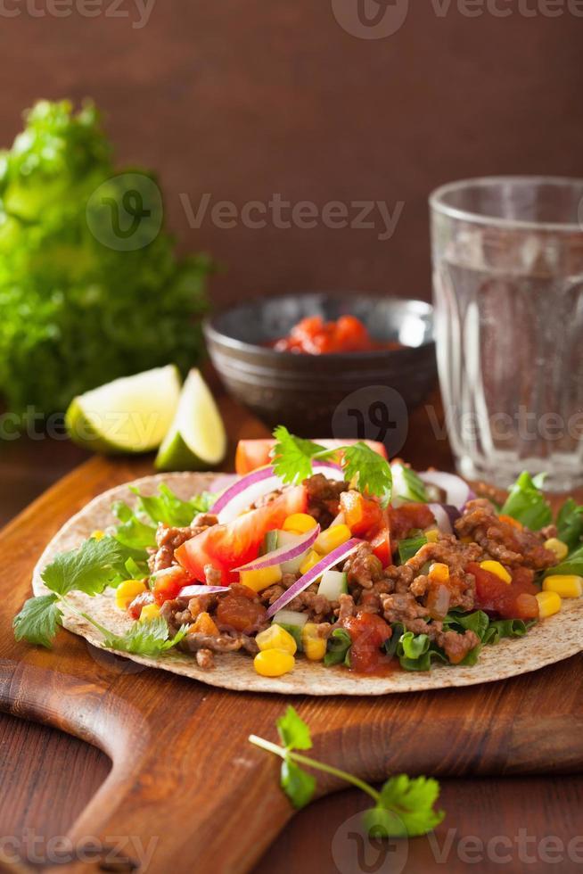 taco mexicano com carne tomate salsa cebola milho foto