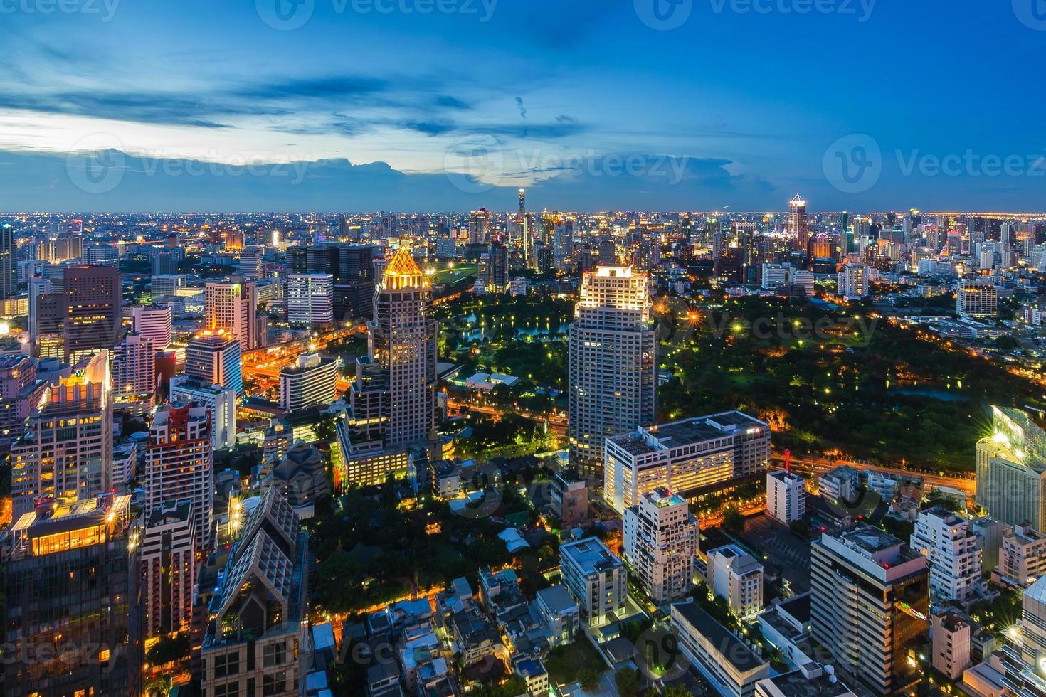 após o pôr do sol paisagem urbana de bangkok foto