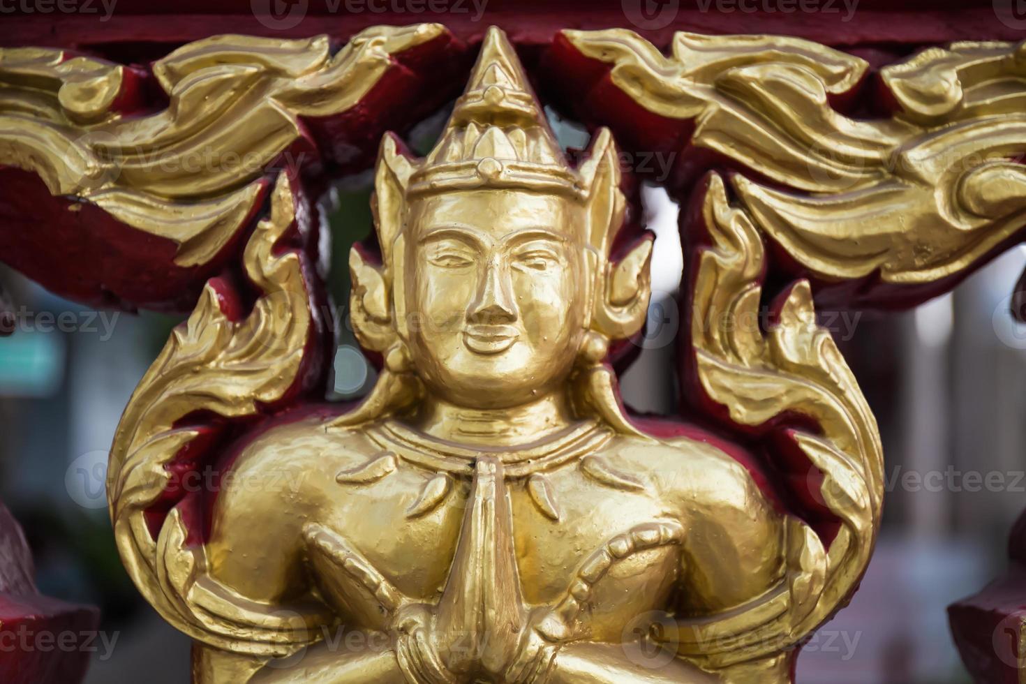 figura esculpida anjo budista em ação sawasdee foto