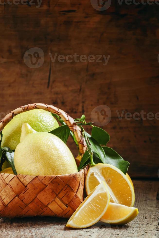fatias de limão e limões cortados com folhas foto