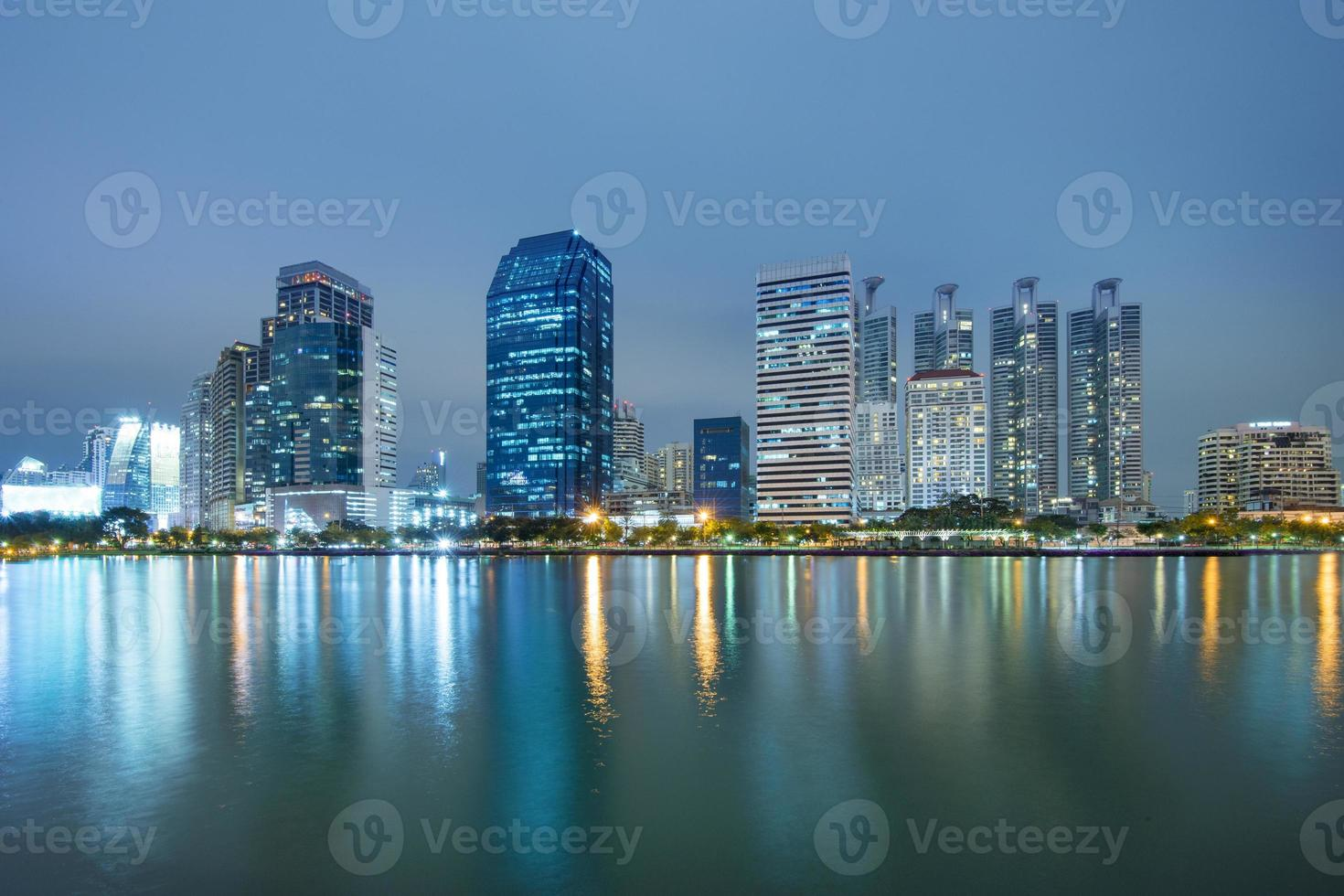 cidade de bangkok no centro da cidade à noite foto