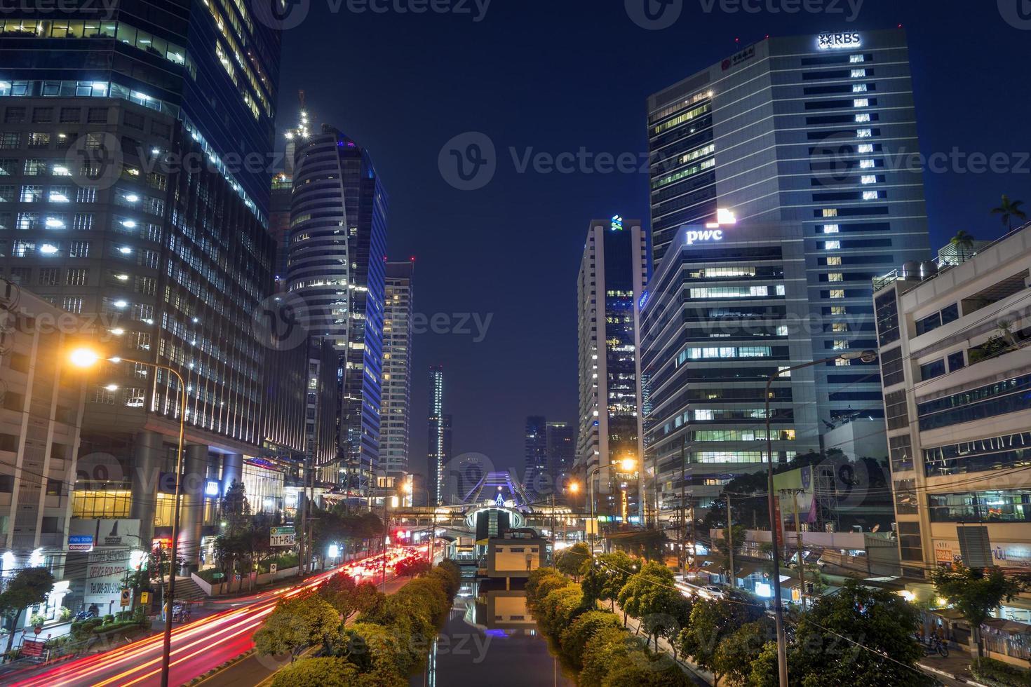 tráfego noturno na estrada sathorn-narathiwas foto