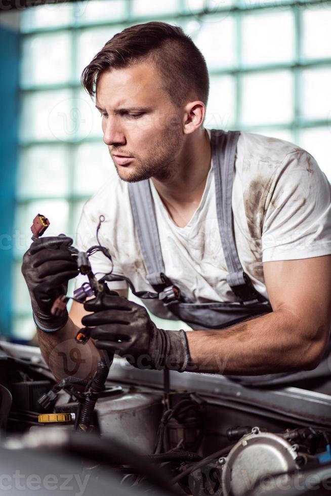 trabalhador de oficina de reparação automóvel foto