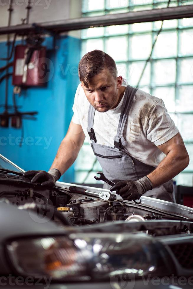 mecânico de automóveis com chave foto