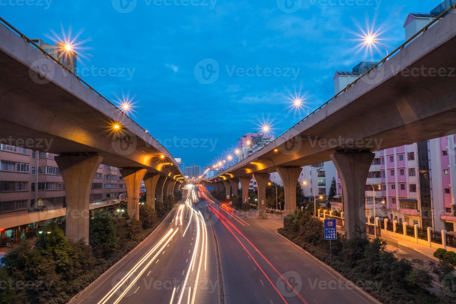 trilhas leves de carro na estrada foto