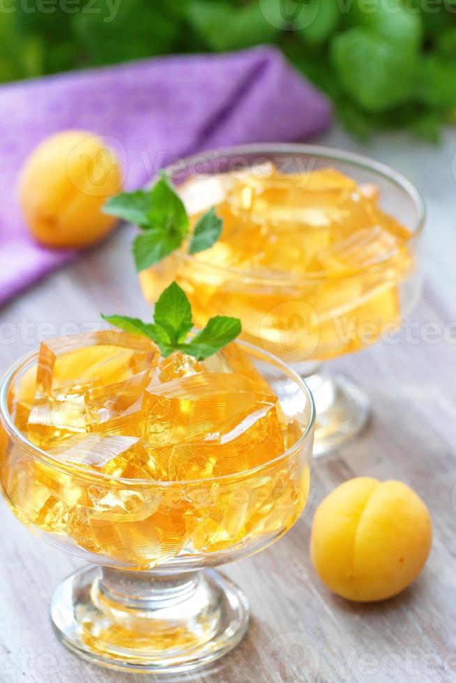 geléias de frutas com damascos frescos foto