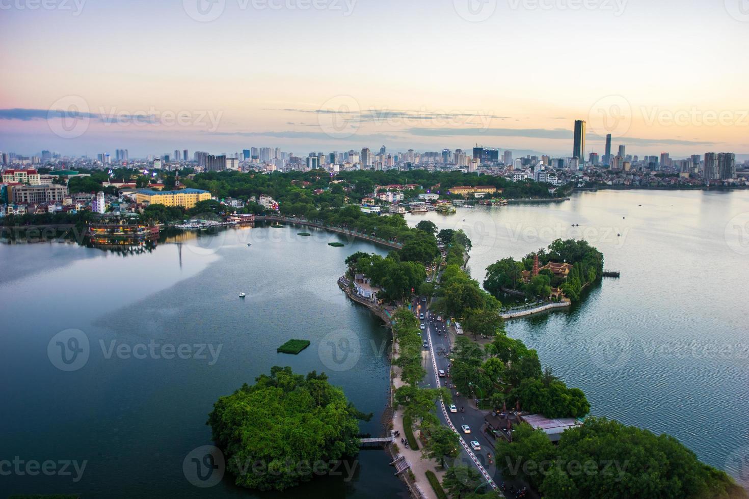 pôr do sol west lake - paisagem urbana de hanoi foto