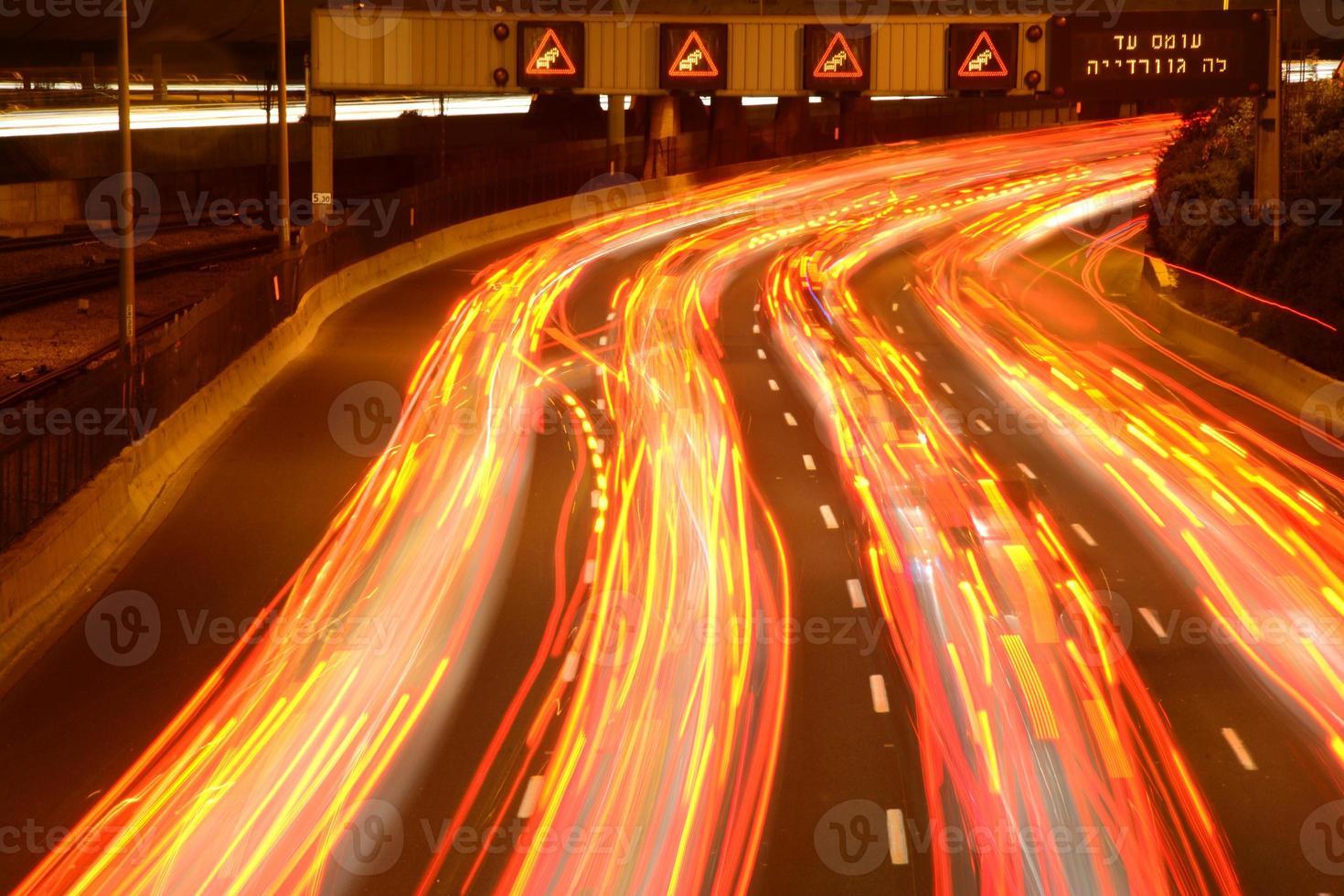hora do rush à noite na estrada foto