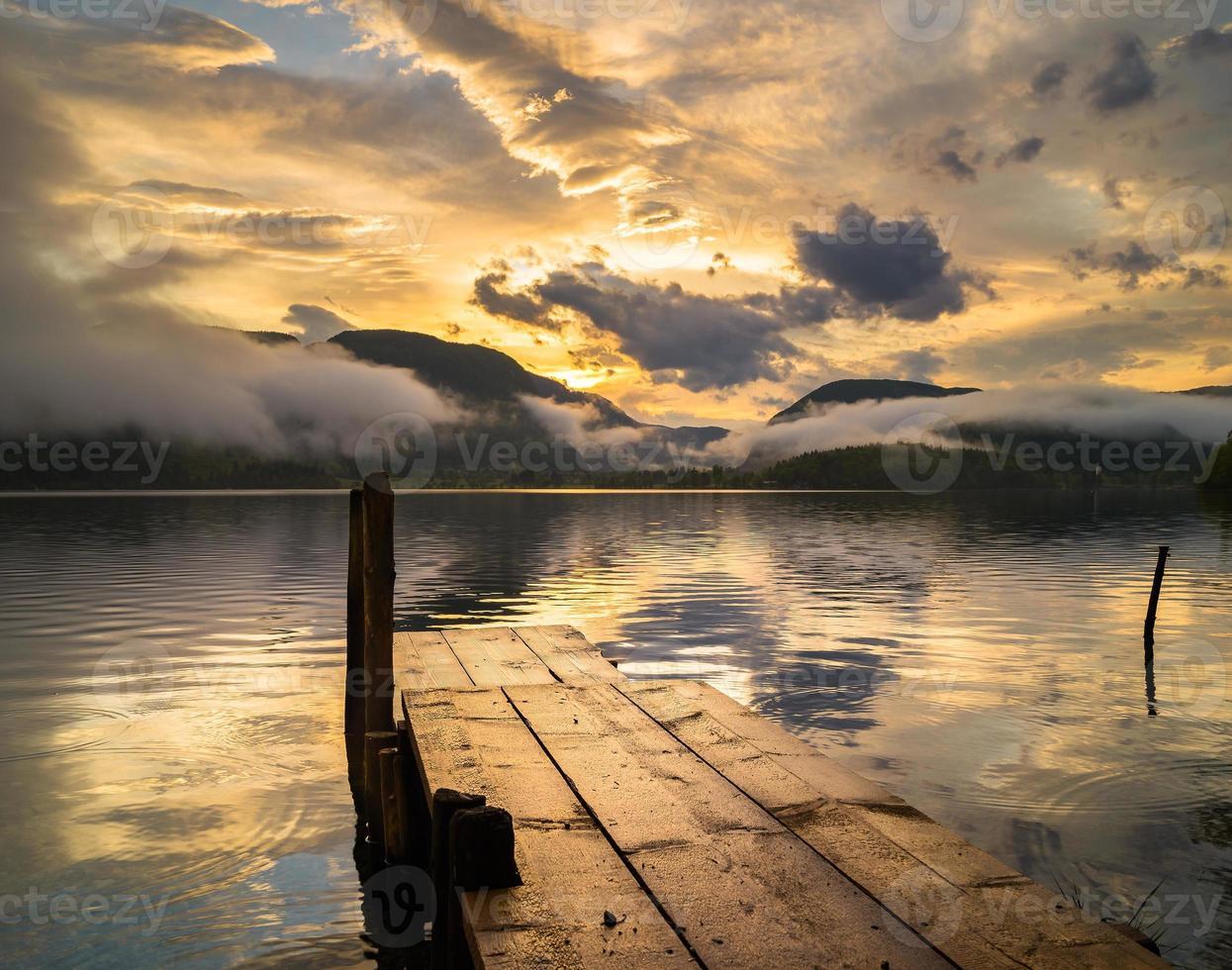 Lago alpino na neblina, nascer do sol sobre o lago de montanha, Alpes, Eslovênia foto